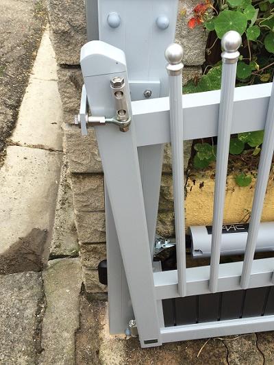 Photo n°1/2 : Élévateur de pente pour vantail de portail